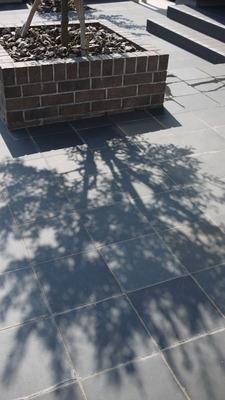 タイルテラスとレンガの花壇