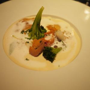 ジャガイモとウニとコンソメジュレの冷製スープ