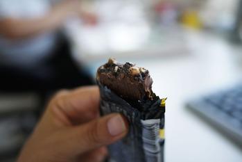 ブラックサンダーを食すわよ。