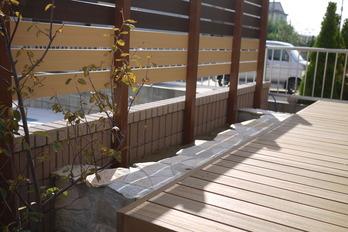 ウッドデッキ横の植栽スペース