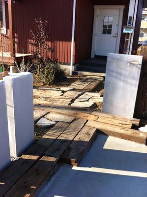 枕木と石のアプローチ