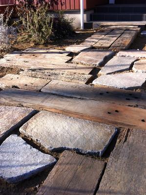 枕木と石のアプローチ2