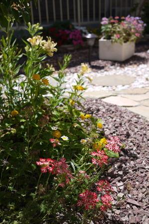 お花いっぱいのお庭