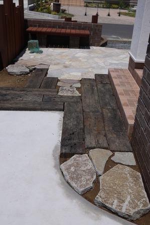 枕木&石材のアプローチ