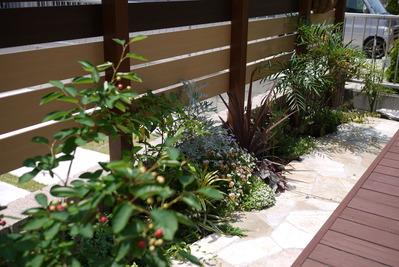 デッキ横の花壇スペース