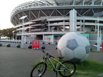 カシマサッカースタジアム前にて
