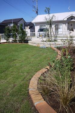 レンガ花壇と芝生